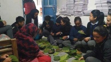 Photo of फोटो फिचर: बिद्यार्थी र शिक्षिका स्कुलमै टपरी बनाउँदै