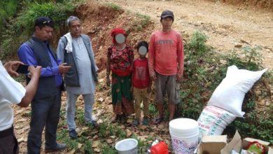 Photo of रक्सी खाएर आफ्नै घरमा आगो लगाउने रानाको परिवारलाई सहयोग हस्तान्तरण
