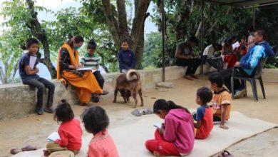 Photo of विद्यालय संचालन अनिश्चीत भएपछि वैकल्पिक सिकाईका लागि घरदैलोे गर्दै सिद्धबाबा