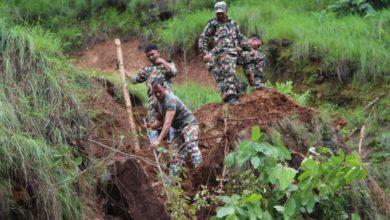 Photo of सडक माथीको जोखिम ढुंगा हटाउन नेपाली सेना