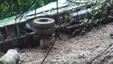 Photo of गुल्मीको शन्तिपुर जाँदै गरेको ट्रक पहिरोले बगायो