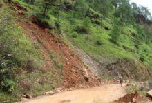 Photo of सडक माथीको जोखिम ढुंगाले यात्रा गर्नेहरु त्रासित
